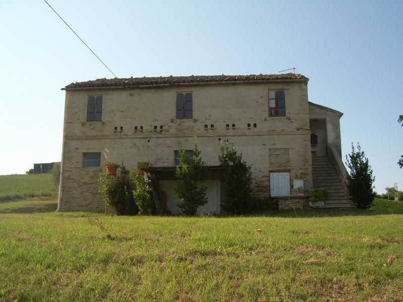 Rustico / Casale in vendita a Offida, 8 locali, prezzo € 165.000 | CambioCasa.it