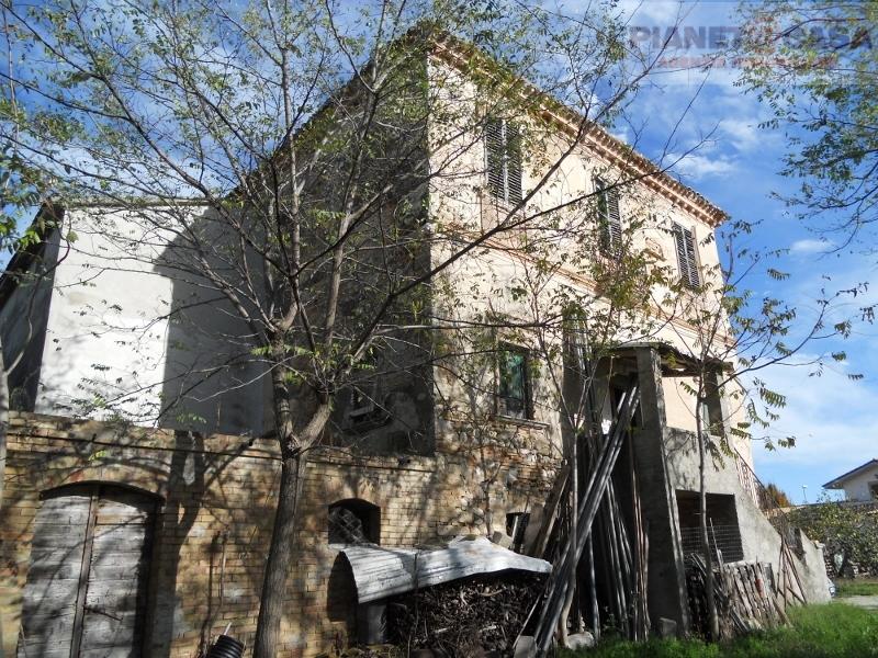Rustico / Casale in vendita a Sant'Omero, 20 locali, prezzo € 130.000 | Cambio Casa.it