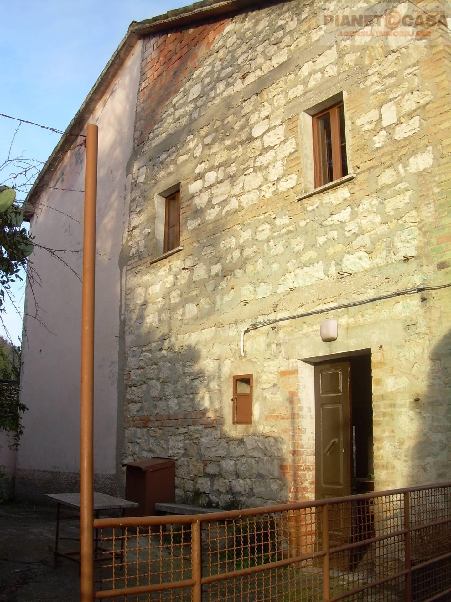 Soluzione Indipendente in vendita a Roccafluvione, 10 locali, prezzo € 65.000 | CambioCasa.it