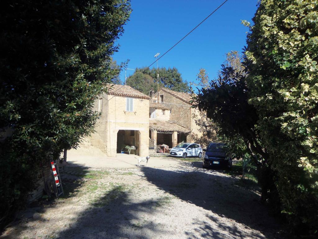 Rustico / Casale in vendita a Acquaviva Picena, 11 locali, zona Località: Panoramica, prezzo € 130.000 | Cambio Casa.it