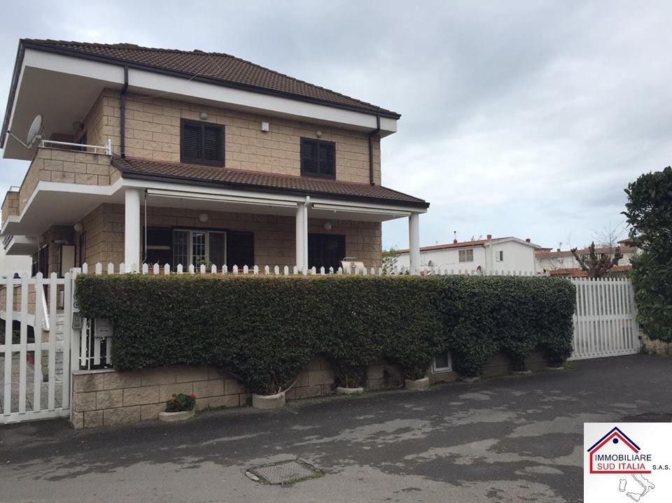 Villa in affitto a Giugliano in Campania, 5 locali, zona Zona: Varcaturo, prezzo € 1.900 | Cambio Casa.it