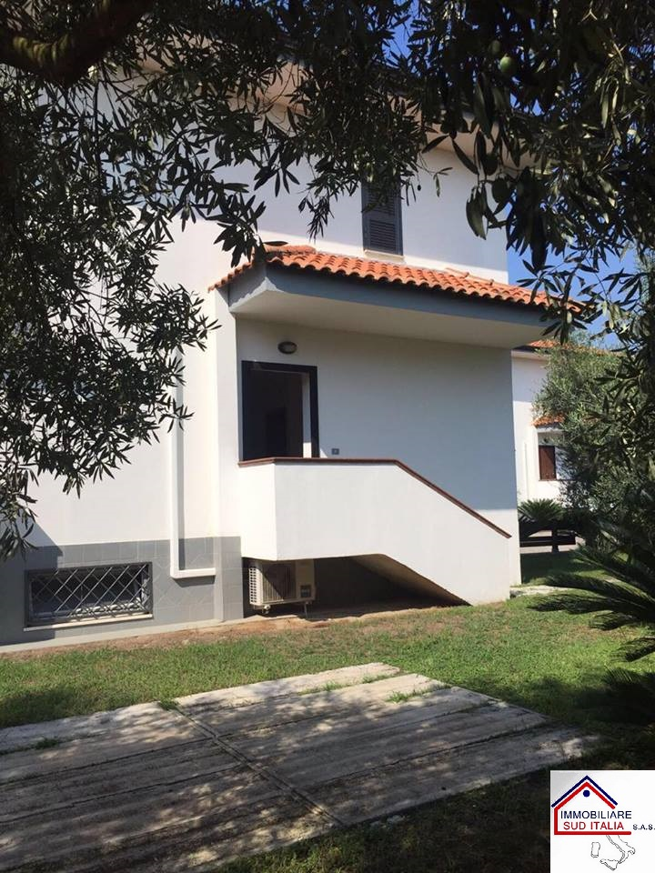 Villa in affitto a Giugliano in Campania, 4 locali, zona Zona: Varcaturo, prezzo € 1.400 | Cambio Casa.it