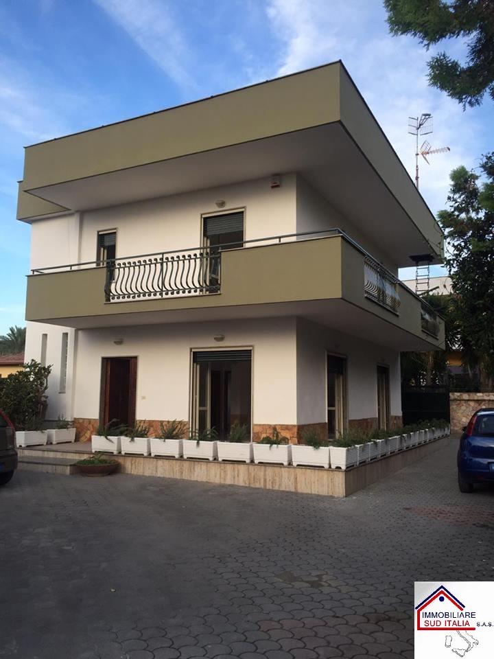 Villa in affitto a Giugliano in Campania, 5 locali, zona Zona: Licola, prezzo € 850 | Cambio Casa.it