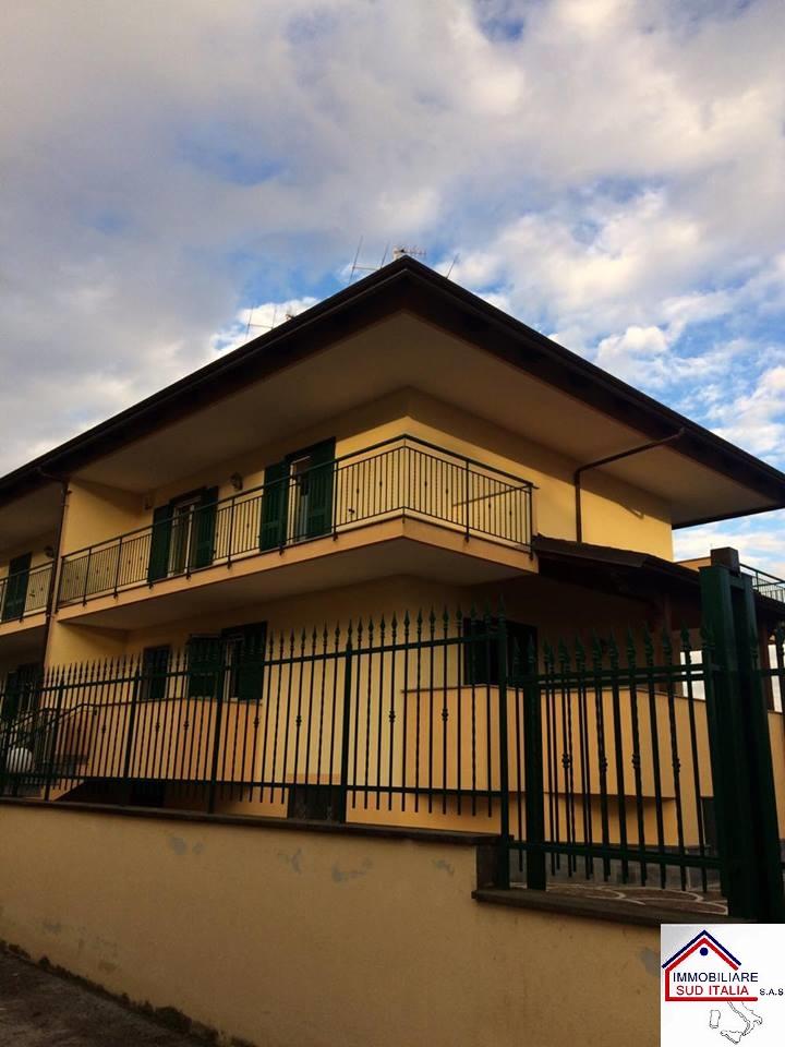 Villa in affitto a Giugliano in Campania, 4 locali, zona Località: LagoPatria, prezzo € 800 | Cambio Casa.it