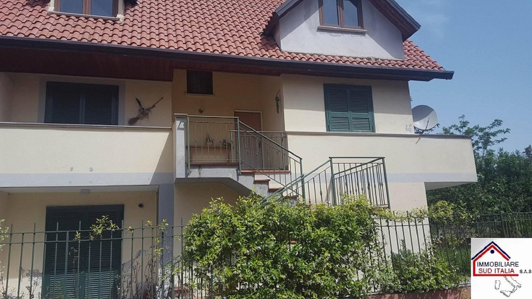 Villa in affitto a Giugliano in Campania, 4 locali, zona Zona: Varcaturo, prezzo € 850 | CambioCasa.it