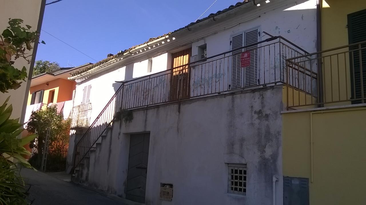 Soluzione Indipendente in vendita a Teramo, 8 locali, prezzo € 30.000 | Cambio Casa.it