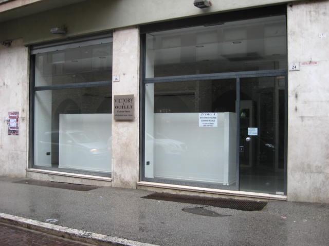 Negozio / Locale in affitto a Teramo, 9999 locali, zona Zona: Centro , prezzo € 1.300 | Cambio Casa.it