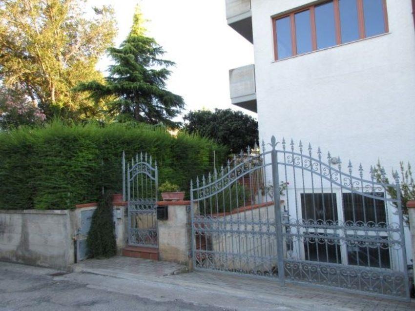 Villa Bifamiliare in vendita a Giulianova, 3 locali, zona Zona: Colleranesco, prezzo € 70.000 | Cambio Casa.it