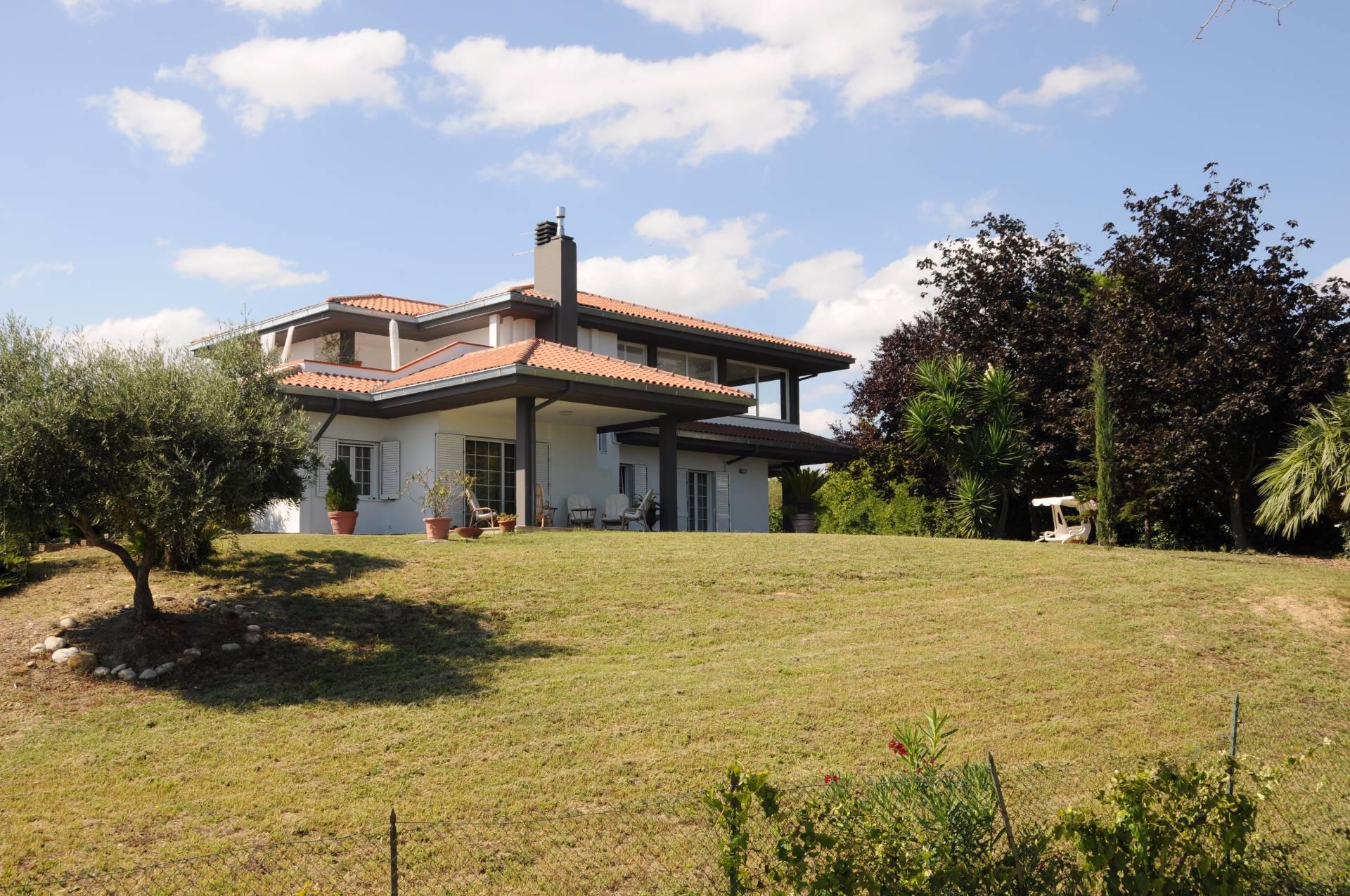 Villa in vendita a Roseto degli Abruzzi, 9 locali, prezzo € 900.000 | CambioCasa.it