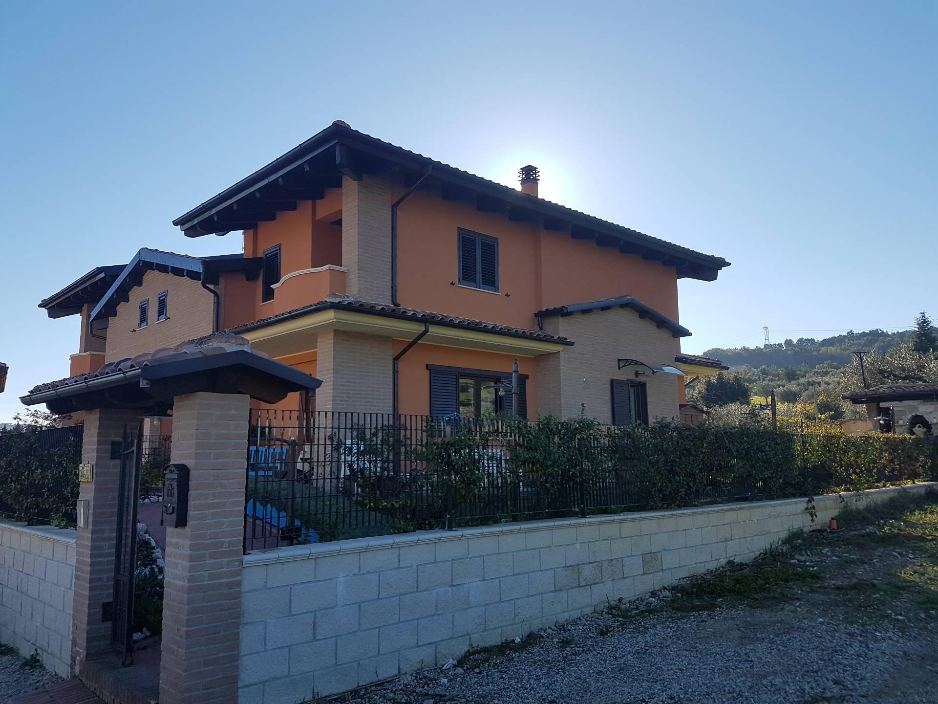 Villa Bifamiliare in vendita a Montorio al Vomano, 5 locali, prezzo € 380.000   CambioCasa.it