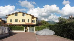 Casa Tri/Quadrifamiliare in Vendita a Montignoso