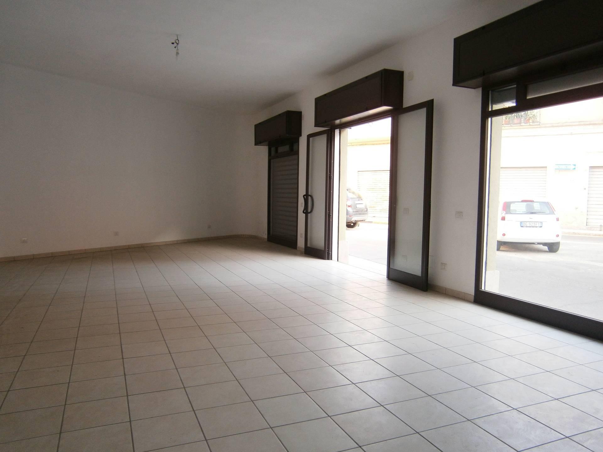 Negozio / Locale in affitto a Quartu Sant'Elena, 9999 locali, zona Località: PiazzaIVNovembre, prezzo € 1.100 | Cambio Casa.it