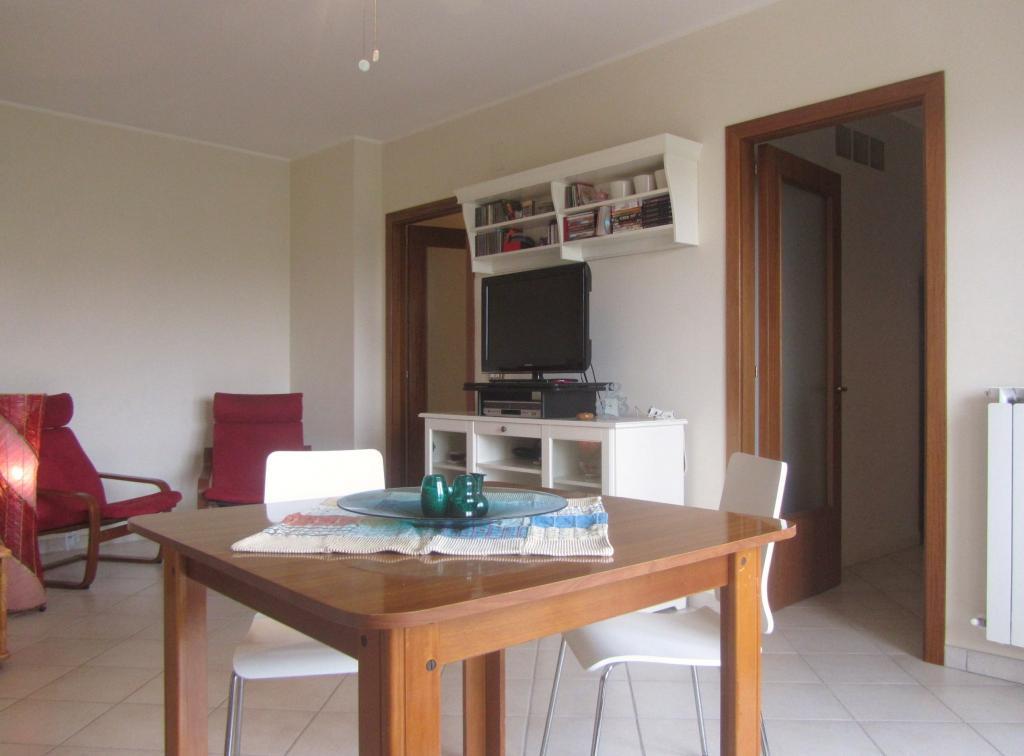 Appartamento in vendita a Nereto, 4 locali, prezzo € 89.000 | CambioCasa.it
