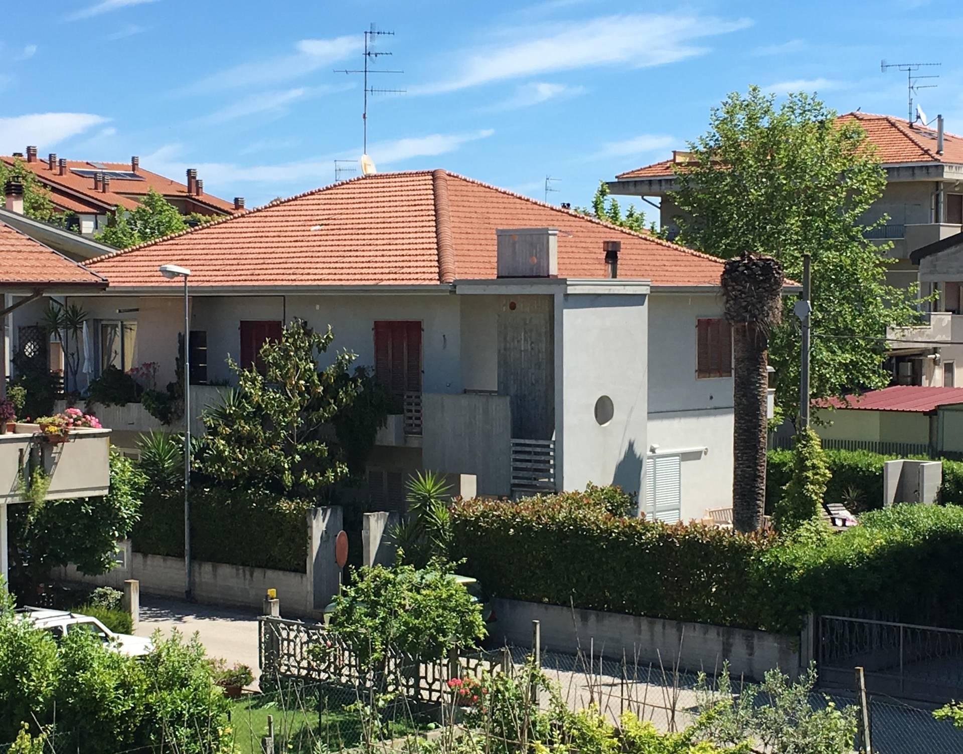 Soluzione Indipendente in vendita a Martinsicuro, 11 locali, zona Località: VillaRosa, prezzo € 288.000 | Cambio Casa.it