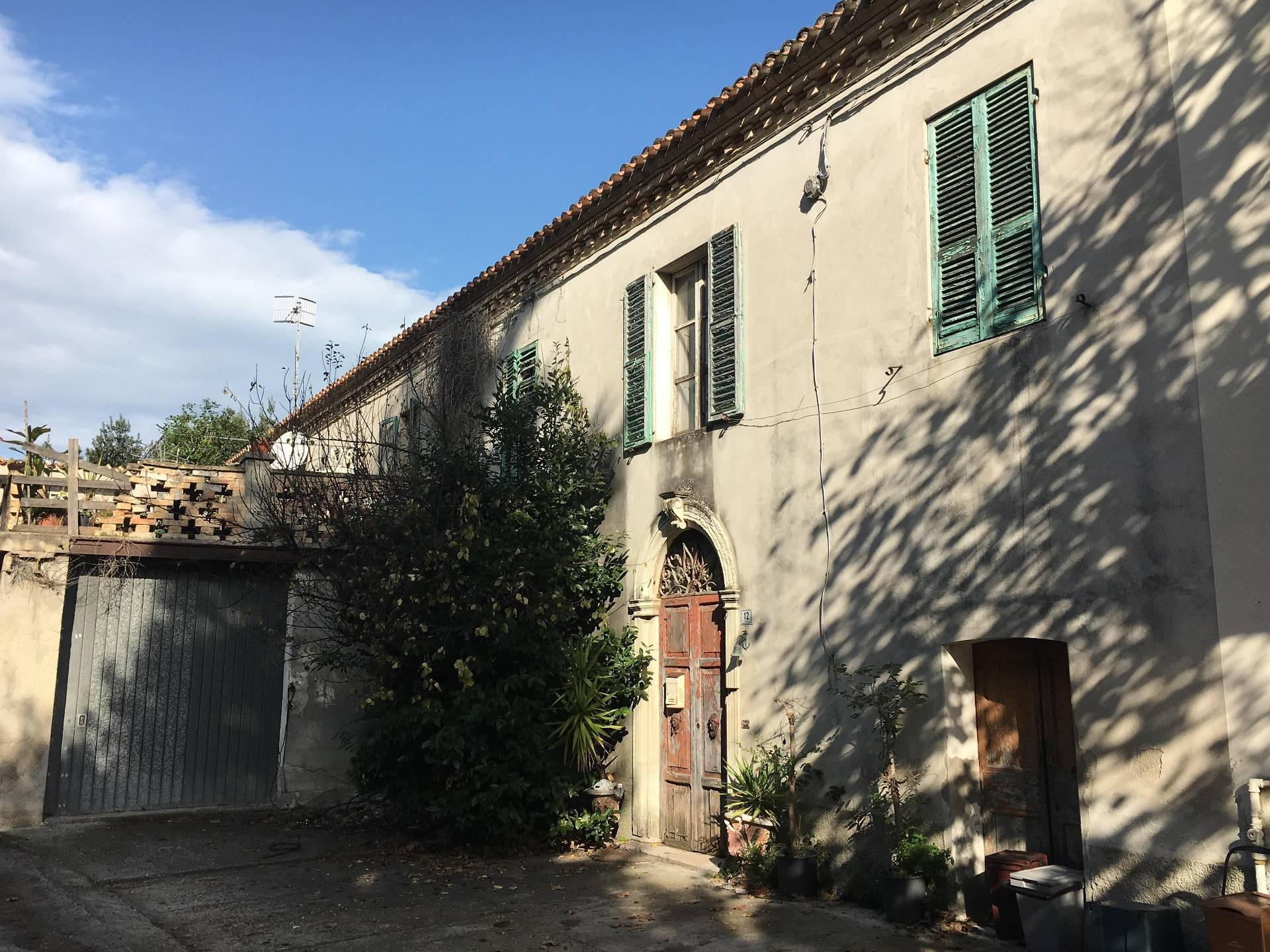 Soluzione Indipendente in vendita a Martinsicuro, 7 locali, prezzo € 48.000   Cambio Casa.it