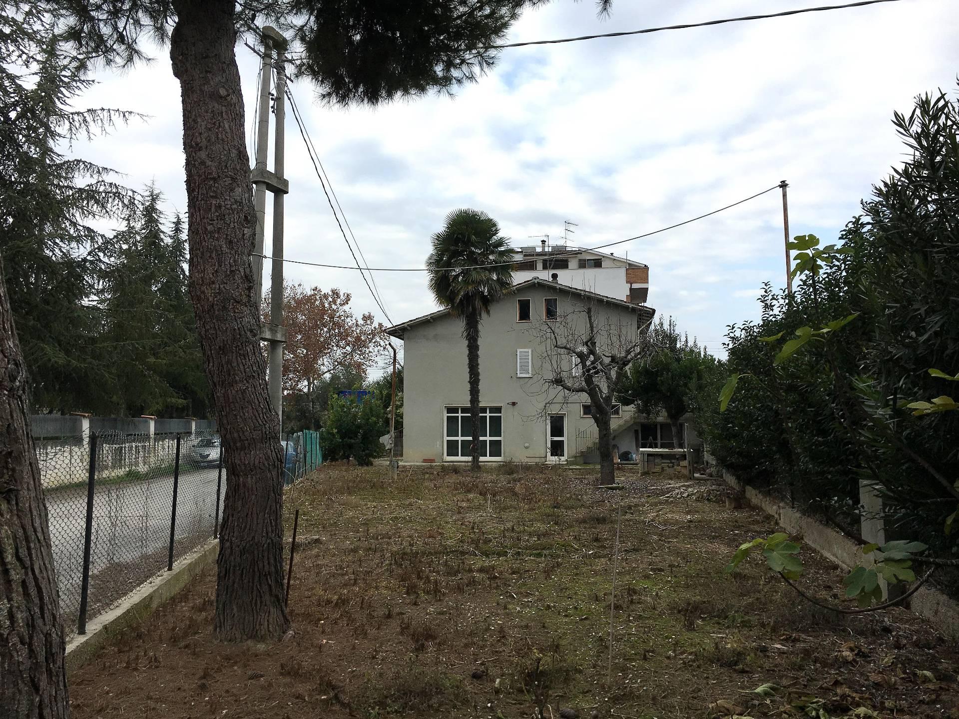 Soluzione Indipendente in vendita a Martinsicuro, 10 locali, prezzo € 129.000   Cambio Casa.it
