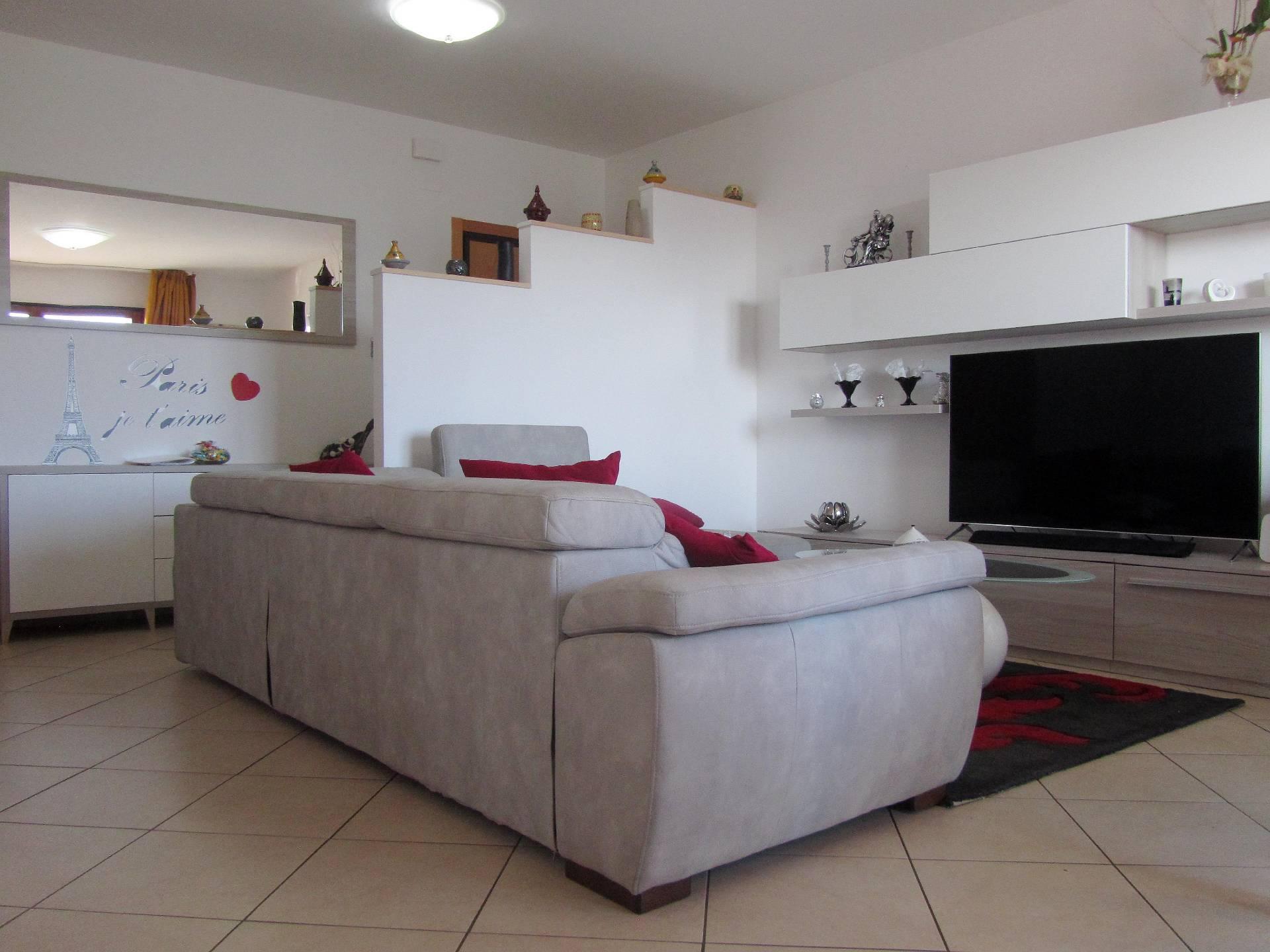 Appartamento in vendita a Corropoli, 5 locali, zona Località: Bivio, prezzo € 85.000   CambioCasa.it