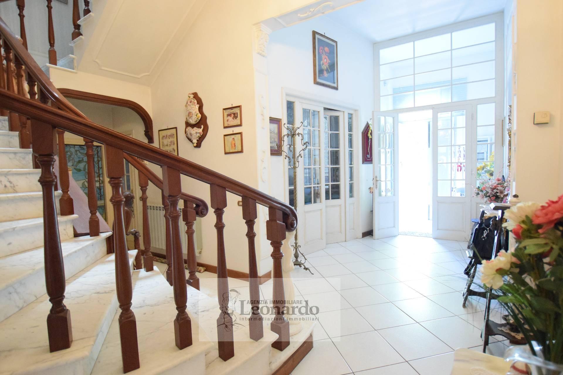 Villa in vendita a Viareggio, 10 locali, zona Località: Lungomare, prezzo € 1.200.000 | CambioCasa.it