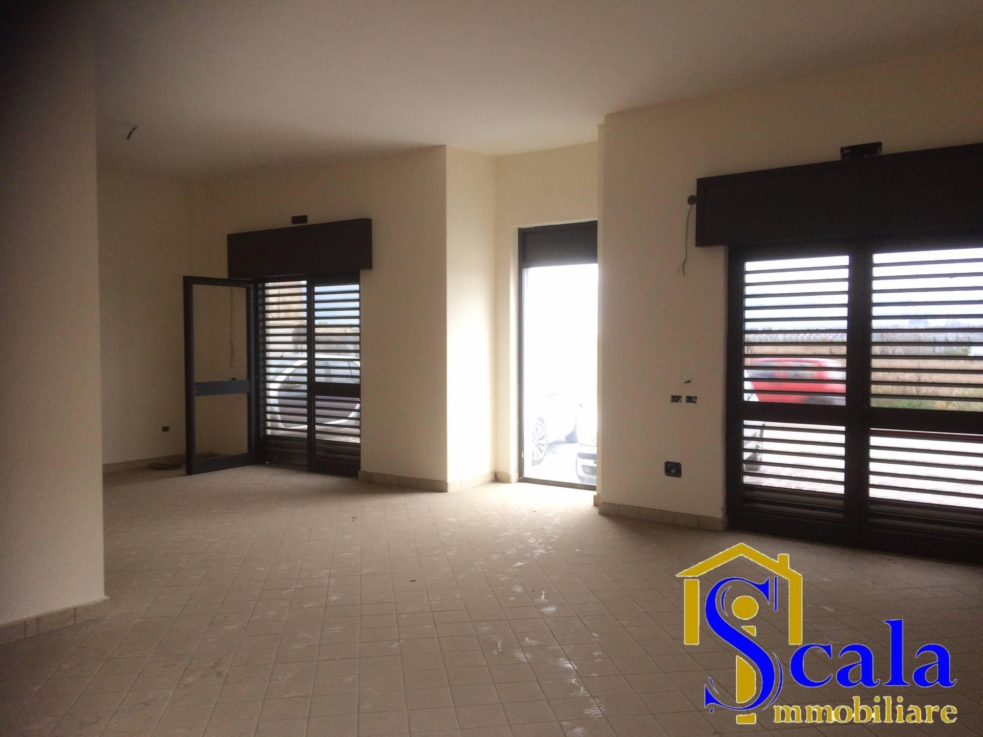 Negozio / Locale in affitto a San Tammaro, 9999 locali, prezzo € 1.600 | Cambio Casa.it