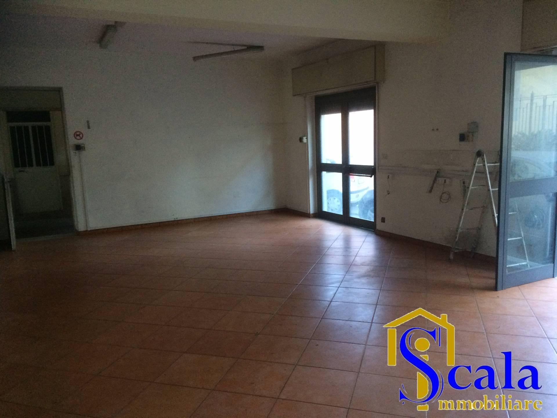 Negozio / Locale in affitto a Santa Maria Capua Vetere, 9999 locali, prezzo € 900 | Cambio Casa.it