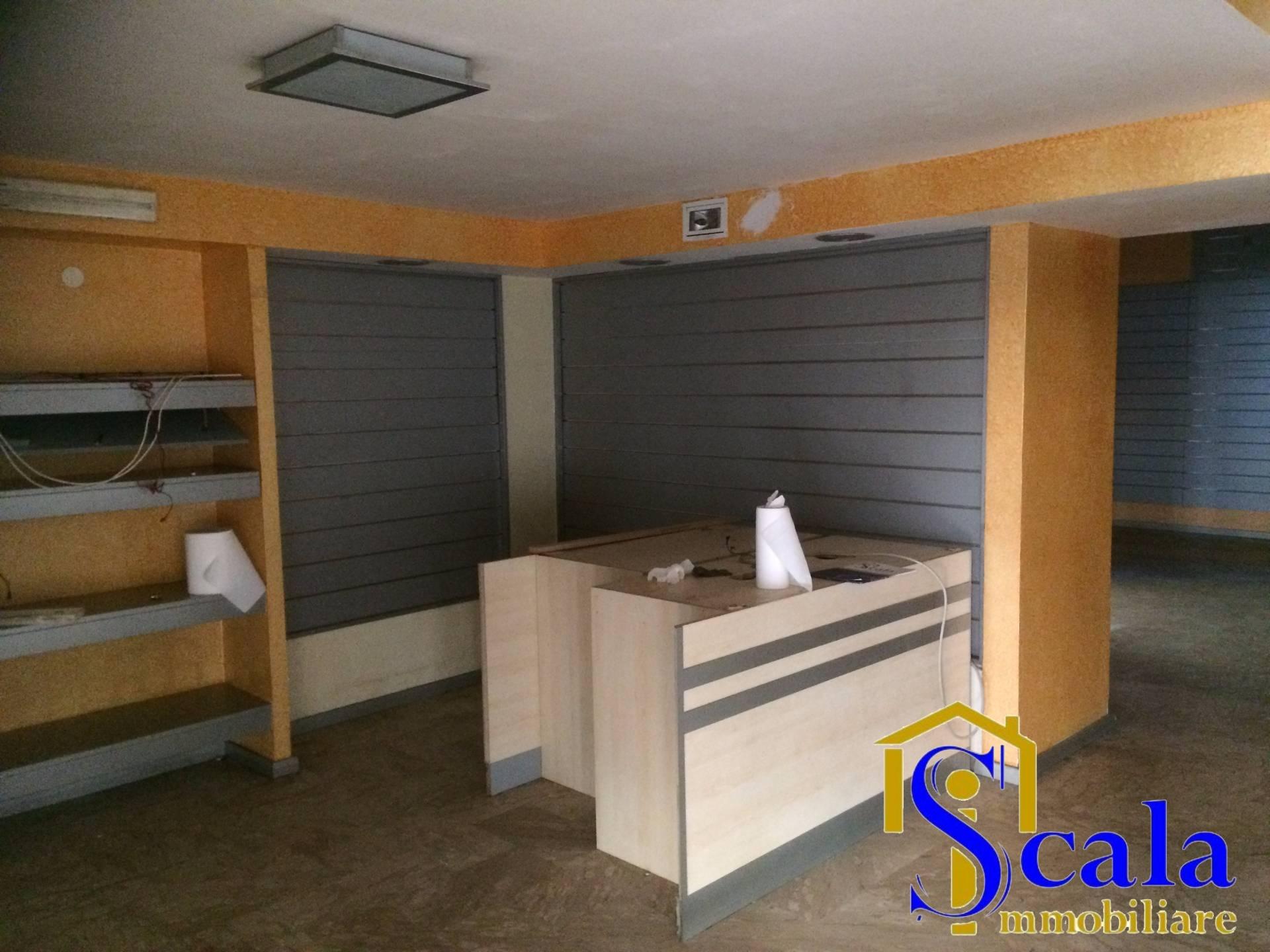 Negozio / Locale in affitto a Santa Maria Capua Vetere, 9999 locali, prezzo € 1.000 | Cambio Casa.it