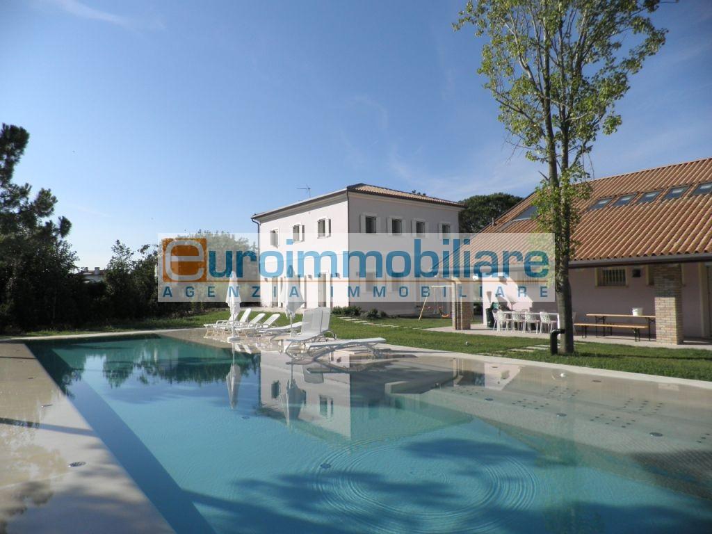 Villa in vendita a Jesolo, 22 locali, Trattative riservate | Cambio Casa.it
