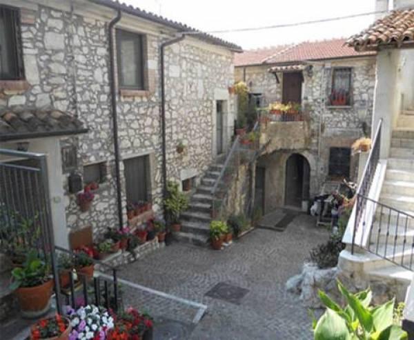 Rustico / Casale in vendita a Castelnuovo Parano, 17 locali, prezzo € 420.000 | CambioCasa.it