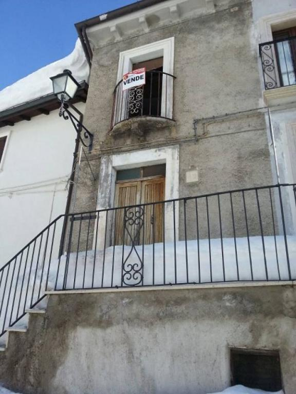 Soluzione Indipendente in vendita a Rocca di Mezzo, 10 locali, prezzo € 110.000 | Cambio Casa.it
