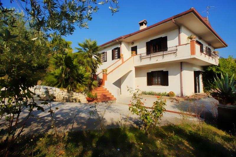 Villa in vendita a Arpino, 10 locali, prezzo € 360.000 | CambioCasa.it