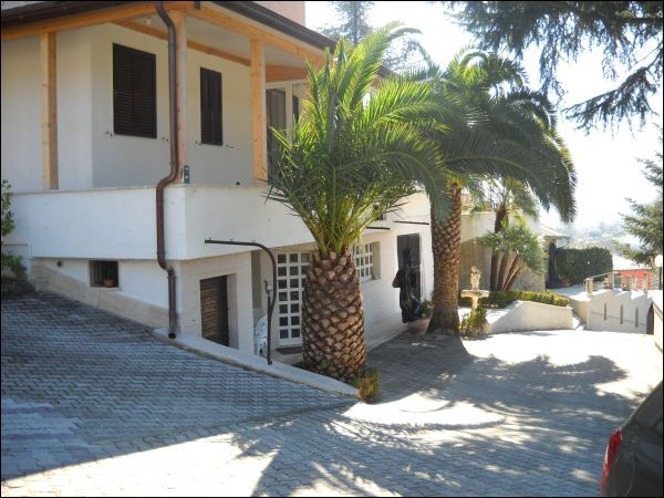 Villa in vendita a Ascoli Piceno, 10 locali, Trattative riservate | Cambio Casa.it
