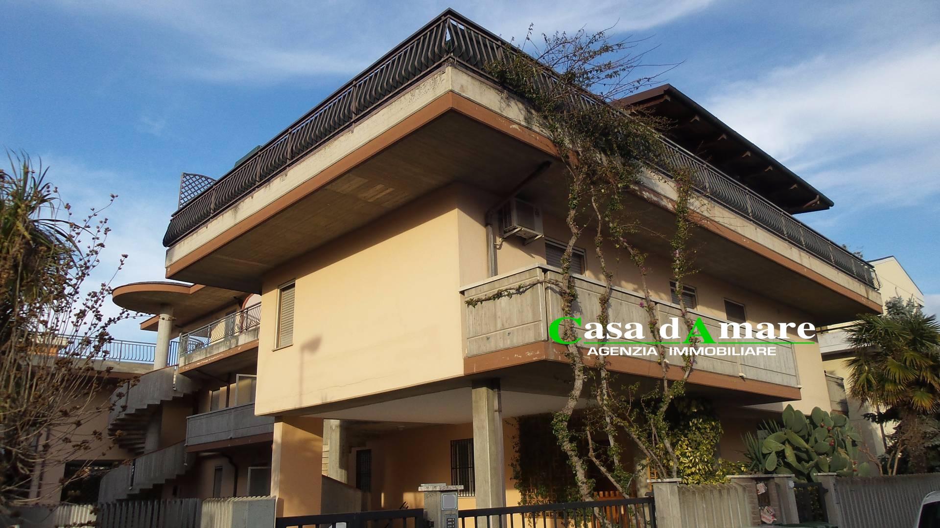 Appartamento in vendita a Martinsicuro, 4 locali, zona Località: ZonaMare, prezzo € 110.000 | Cambio Casa.it