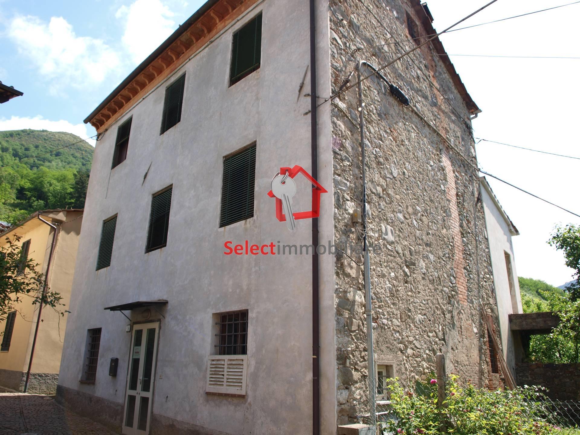 Soluzione Indipendente in vendita a Borgo a Mozzano, 10 locali, zona Zona: Diecimo, prezzo € 185.000 | Cambio Casa.it
