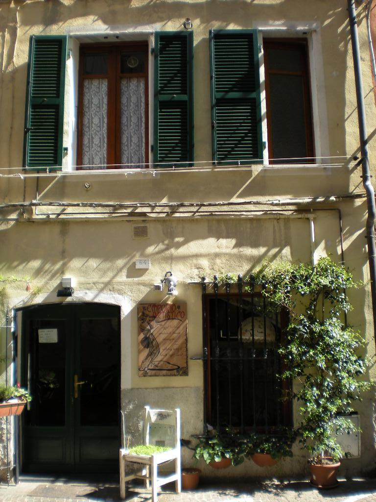 Bilocale Pietra Ligure Via Ugo Foscolo 4