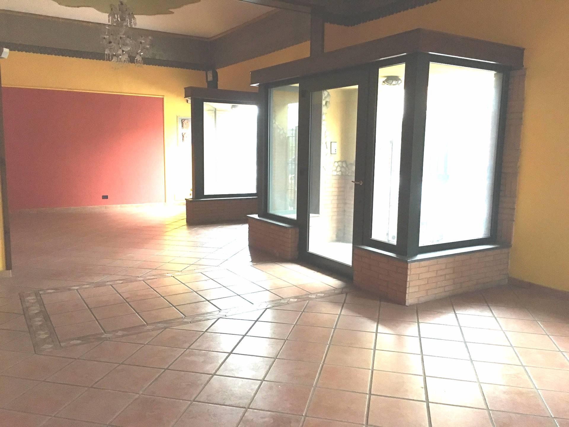 Negozio / Locale in affitto a Ottaviano, 9999 locali, prezzo € 1.500   Cambio Casa.it