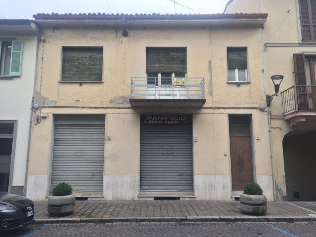 Palazzo / Stabile in Vendita a Broni