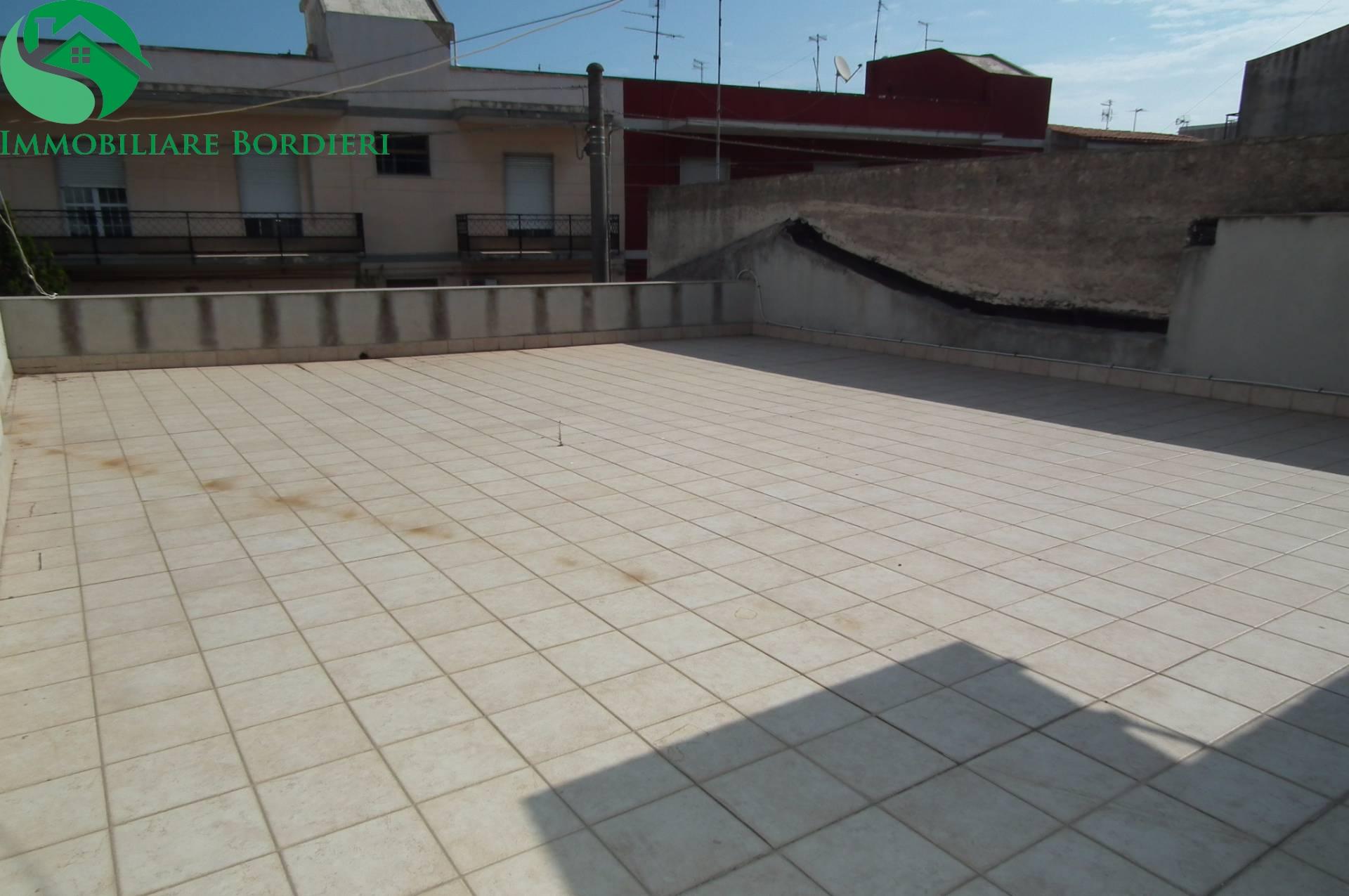 Soluzione Indipendente in vendita a Siracusa, 6 locali, zona Zona: Belvedere, prezzo € 100.000 | Cambio Casa.it