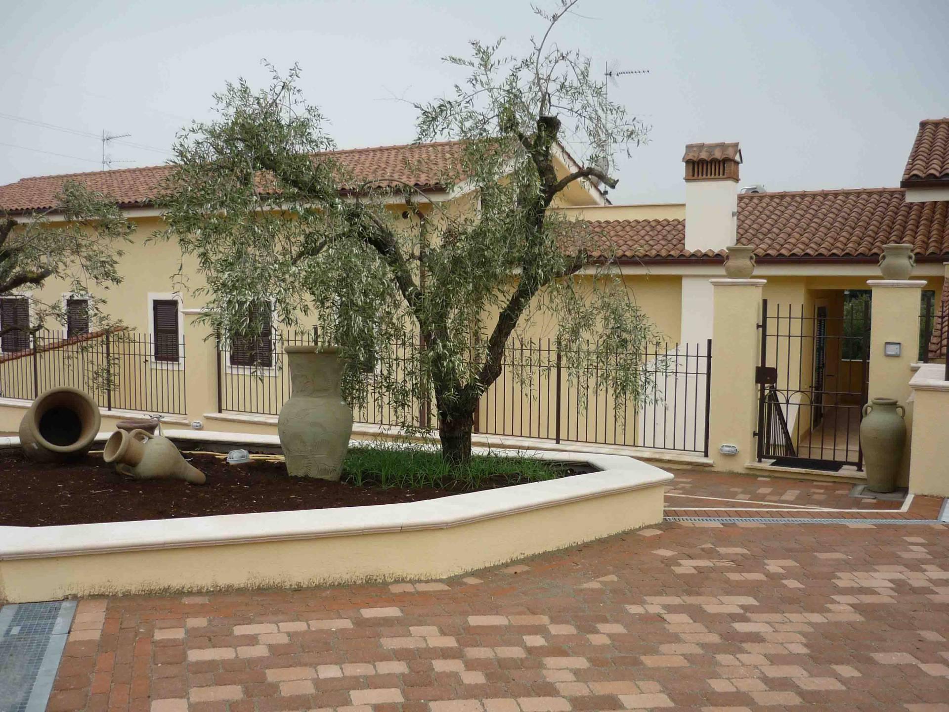 Villa in vendita a Velletri, 10 locali, prezzo € 380.000 | Cambio Casa.it