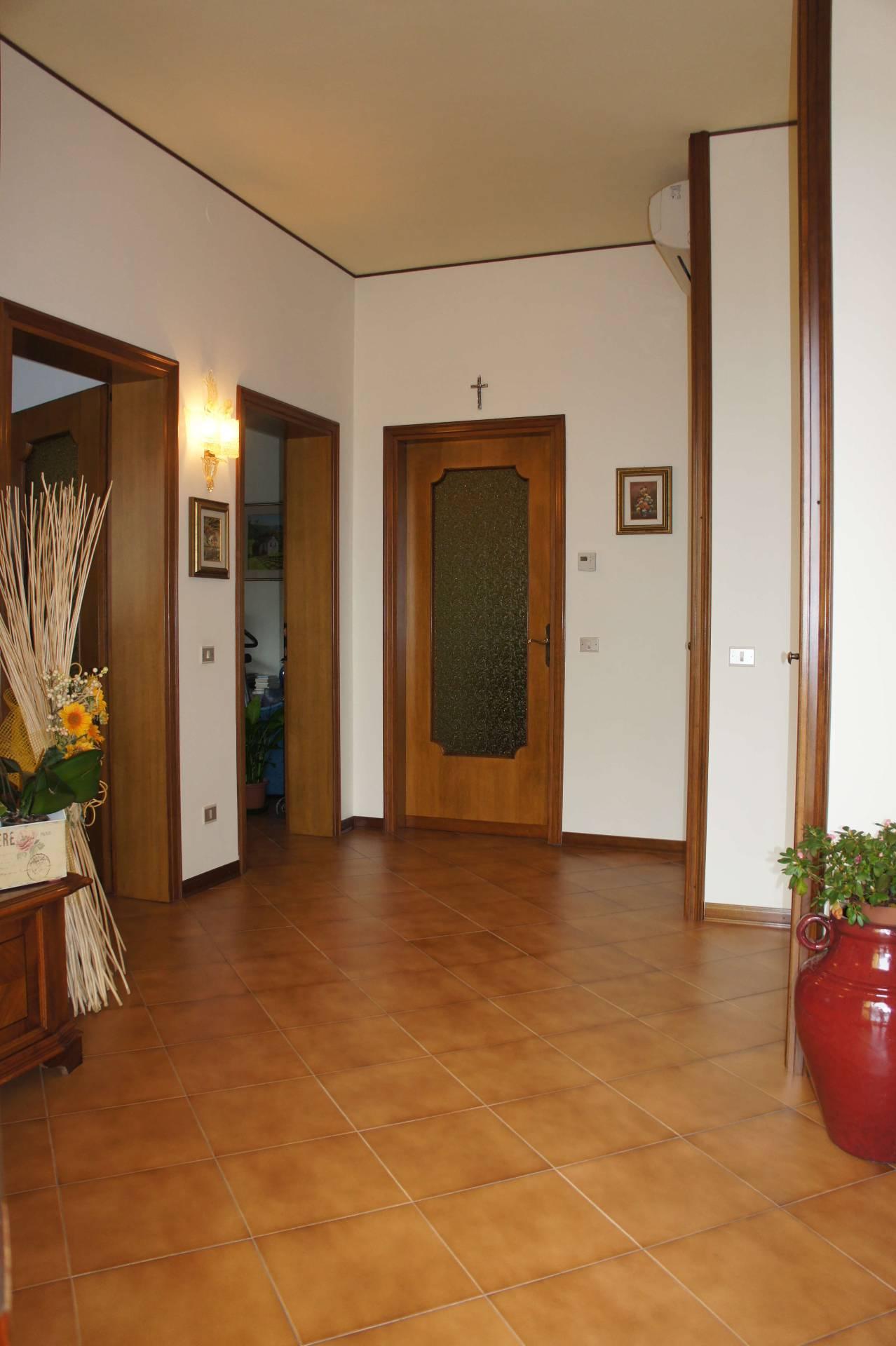 Villa in vendita a Fossalta di Piave, 12 locali, zona Località: Centro, prezzo € 250.000 | Cambio Casa.it
