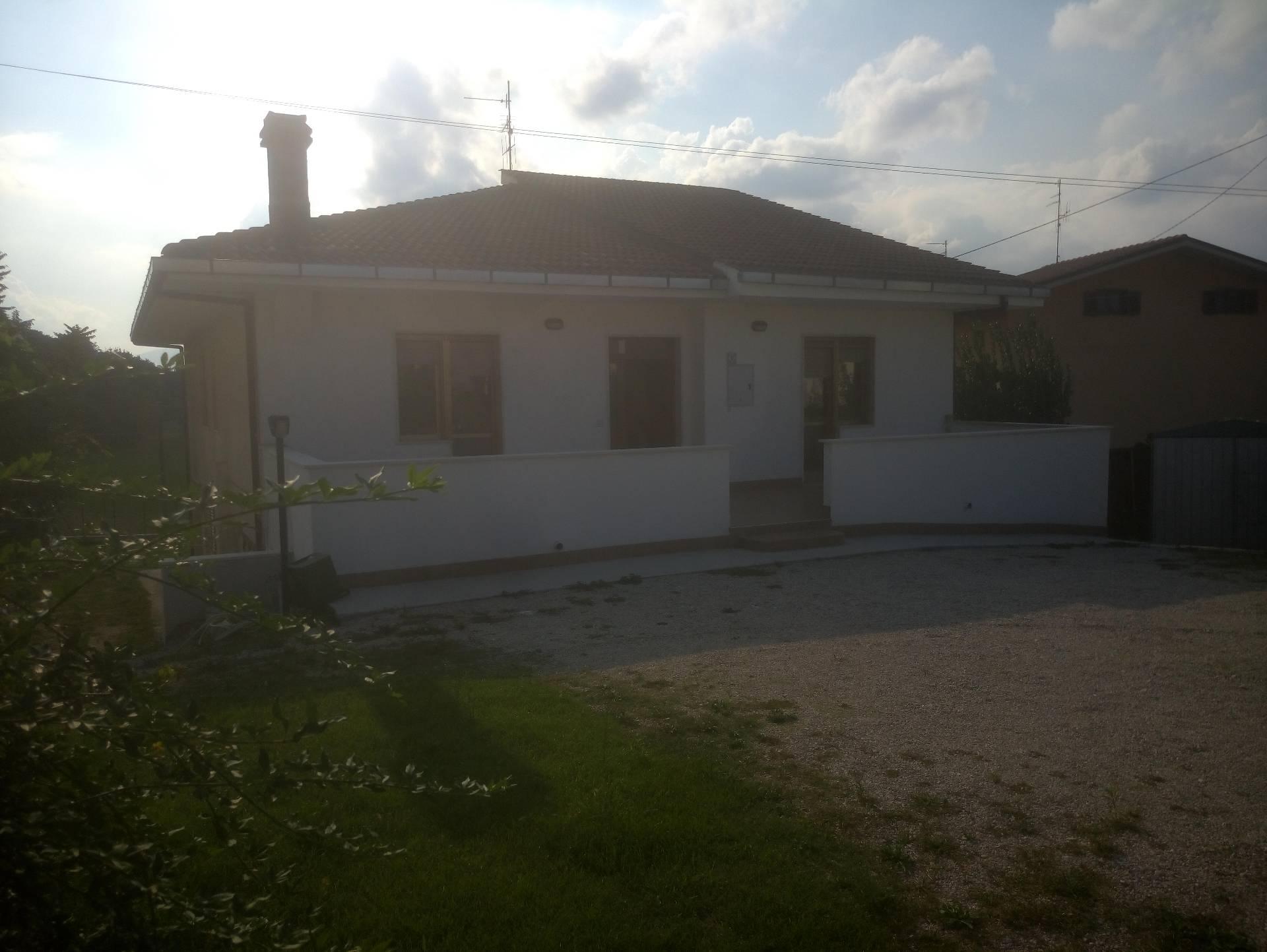 Soluzione Indipendente in affitto a Manoppello, 7 locali, zona Località: ManoppelloScalo, prezzo € 450 | Cambio Casa.it
