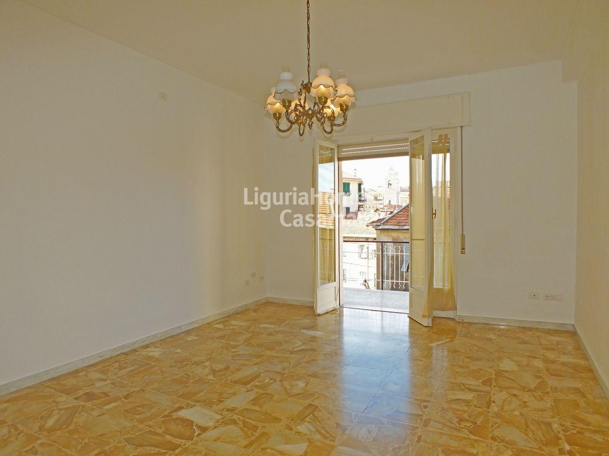 Appartamento in vendita a Imperia, 6 locali, prezzo € 260.000 | CambioCasa.it