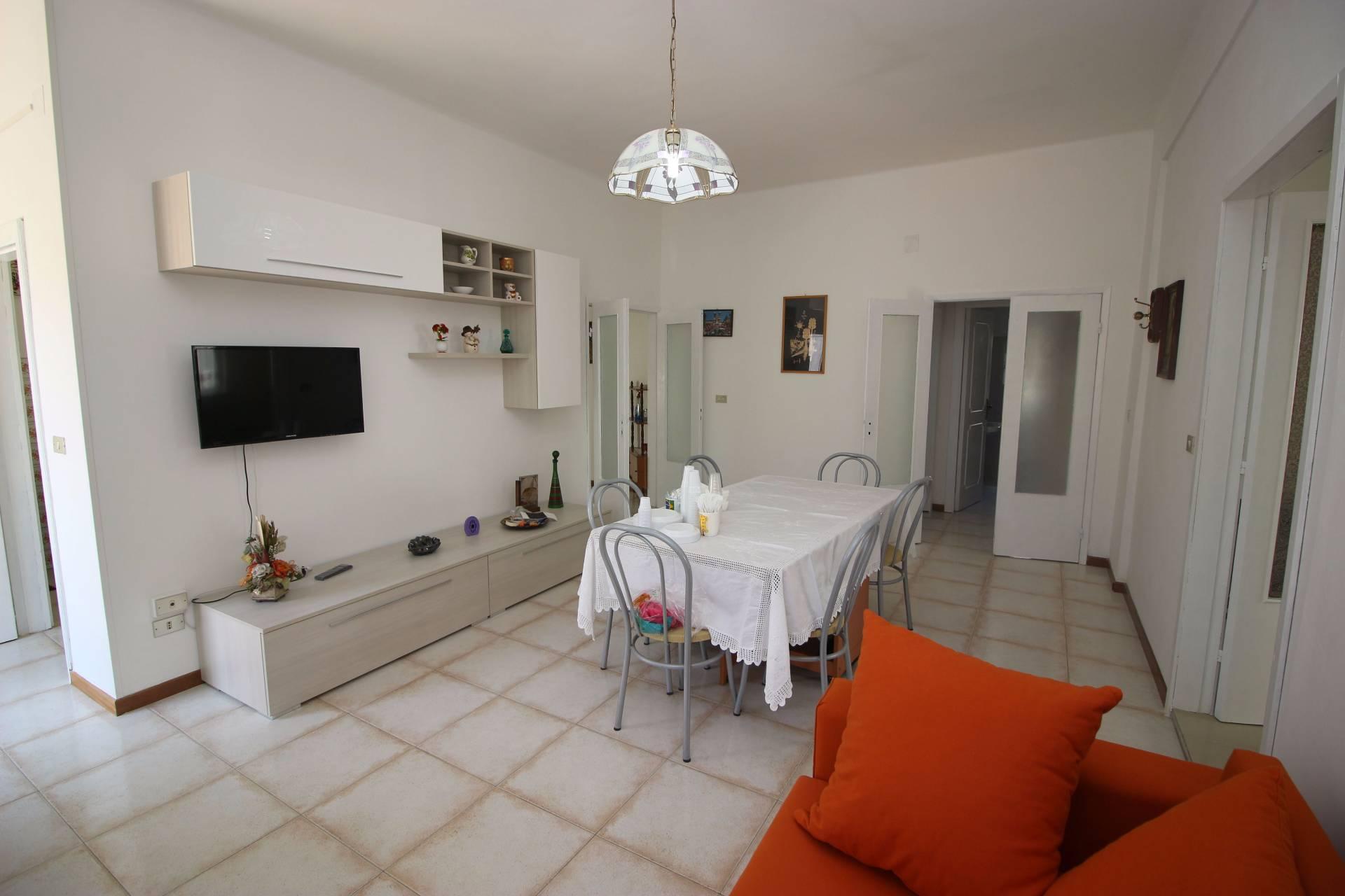 Appartamento in affitto a Alba Adriatica, 5 locali, zona Località: ZonaMare, prezzo € 350 | CambioCasa.it