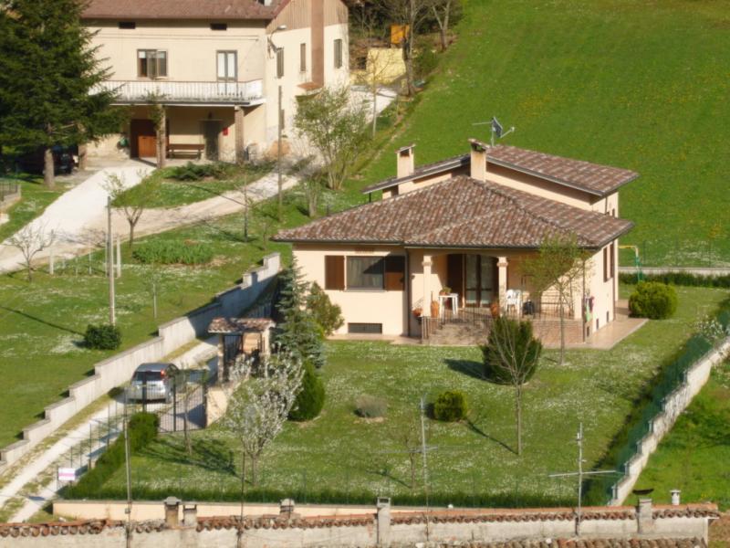 Villa in vendita a Fabriano, 4 locali, zona Località: COLLINEFABRIANESI, prezzo € 250.000 | Cambio Casa.it
