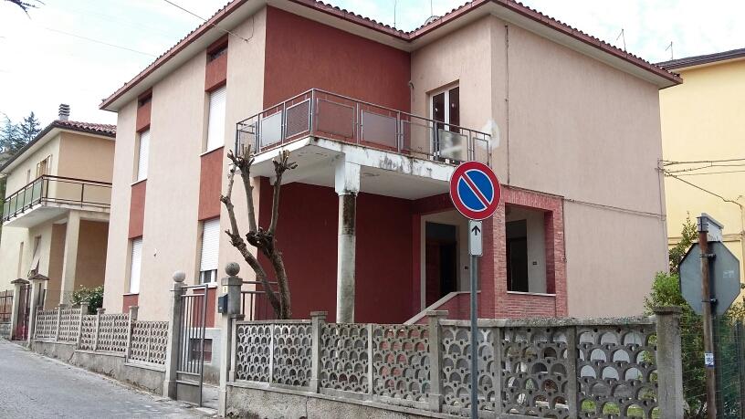 Villa in vendita a Fabriano, 8 locali, prezzo € 250.000 | CambioCasa.it