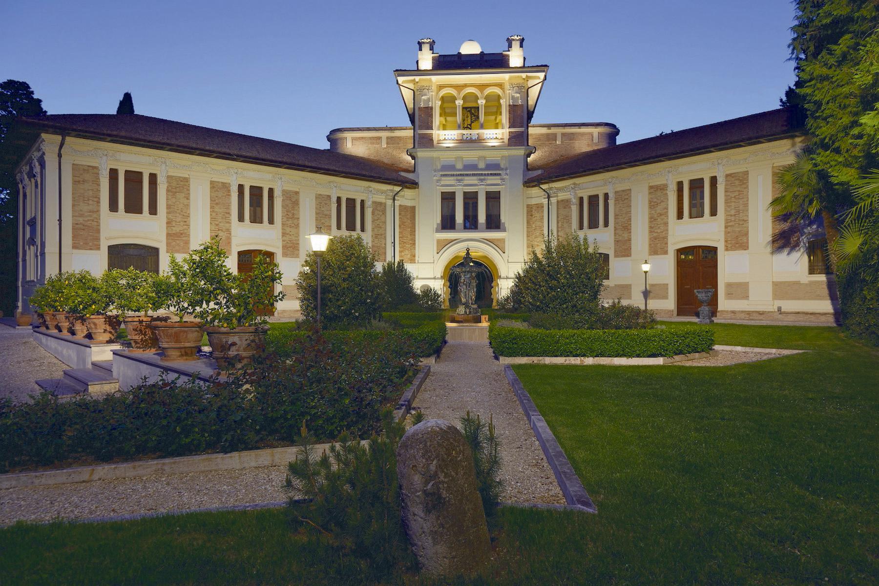 Villa in Vendita a Treia: 5 locali, 1800 mq