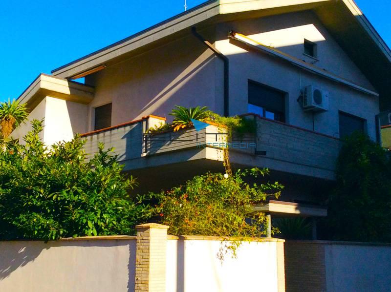 Soluzione Indipendente in vendita a Montesilvano, 9 locali, zona Località: Mare, prezzo € 400.000 | CambioCasa.it