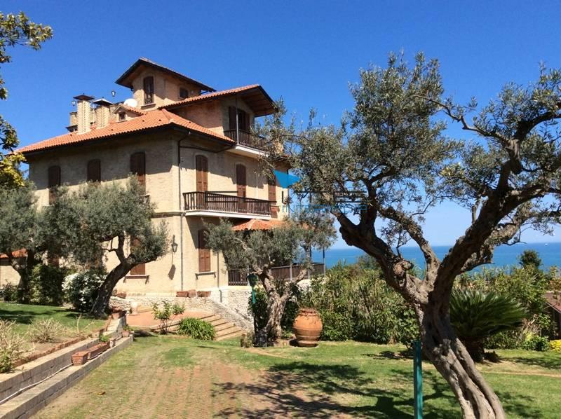 Villa in vendita a Francavilla al Mare, 24 locali, Trattative riservate | CambioCasa.it