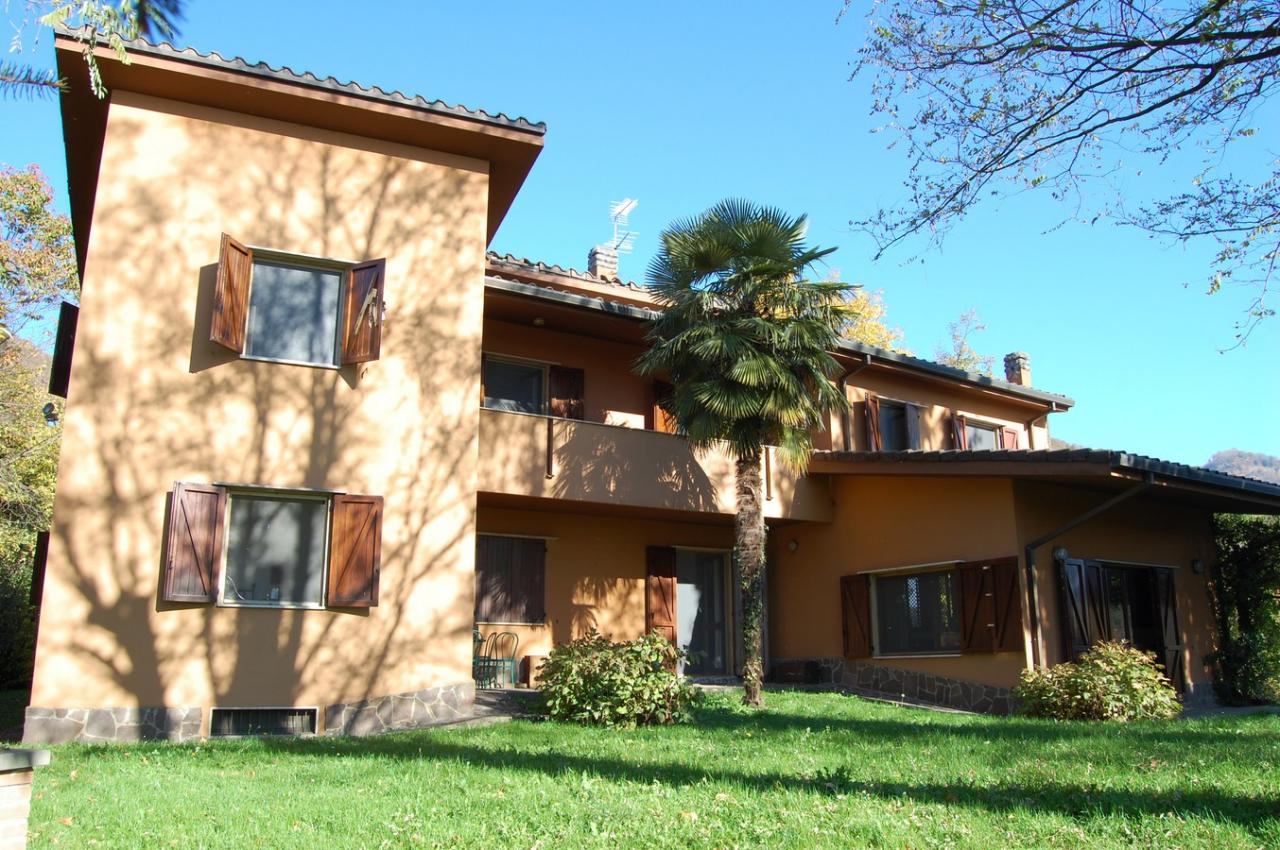 Villa in Vendita a Caprino Bergamasco