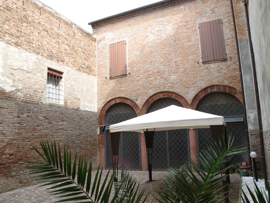Soluzione Indipendente in vendita a Ferrara, 8 locali, zona Località: Centrostorico, prezzo € 560.000 | Cambio Casa.it