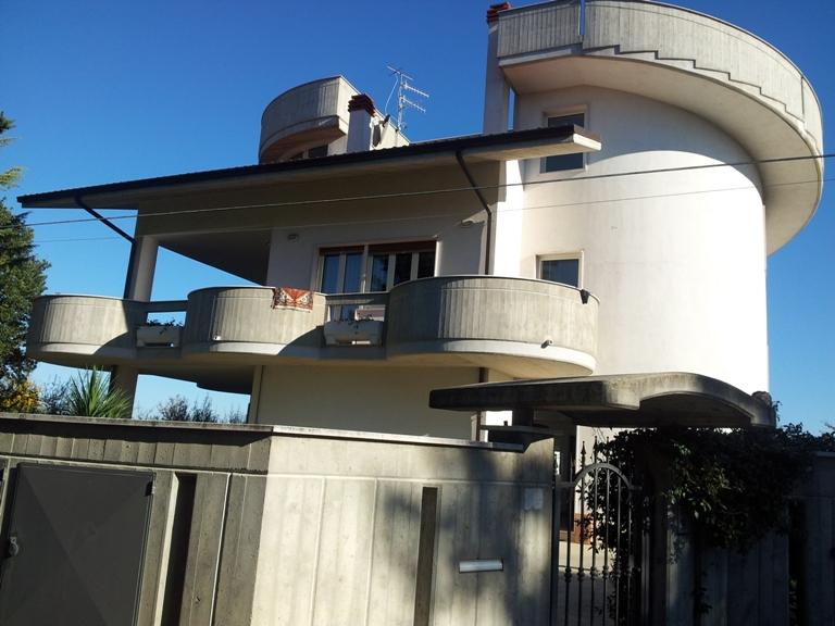 Soluzione Indipendente in vendita a Pianella, 12 locali, zona Località: centro, Trattative riservate   Cambio Casa.it