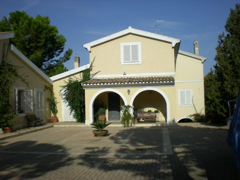 Villa in vendita a Spoltore, 11 locali, zona Località: CENTRO, Trattative riservate | Cambio Casa.it